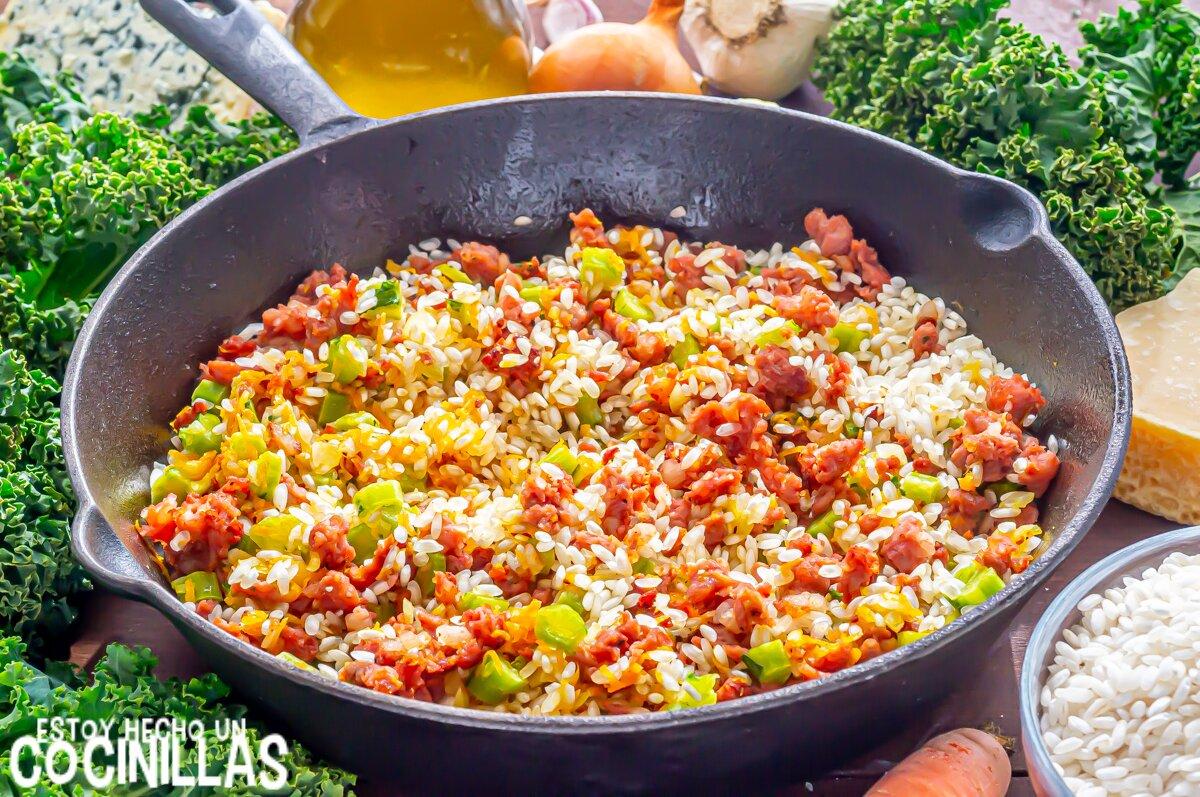 Risotto de salchichas con kale (arroz)
