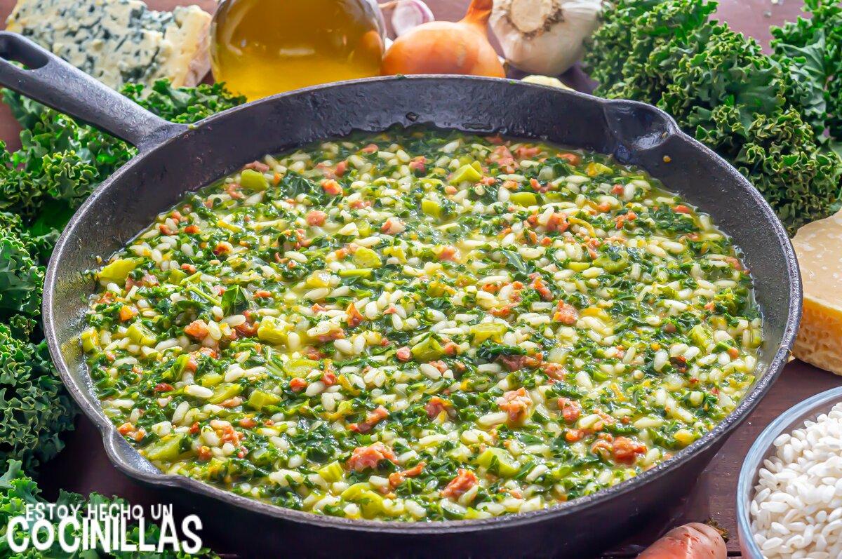 Risotto de salchichas con kale (cocción)