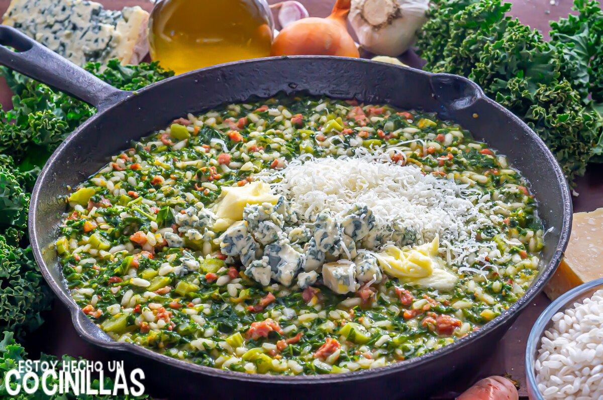 Risotto de salchichas con kale y queso azul (mantequilla y parmesano)