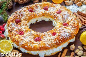 Roscón de reyes de hojaldre con nata y almendras
