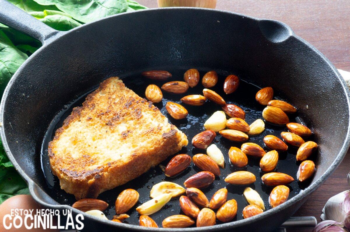 Espinacas esparragadas (pan, ajo y almendras)