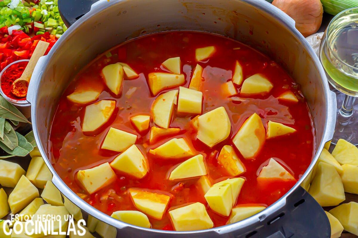 Guiso de patatas con ternera (cocción)