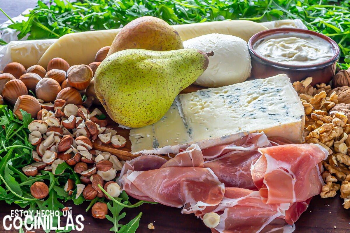 Ingredientes de pizza blanca de pera, gorgonzola, jamón y rúcula