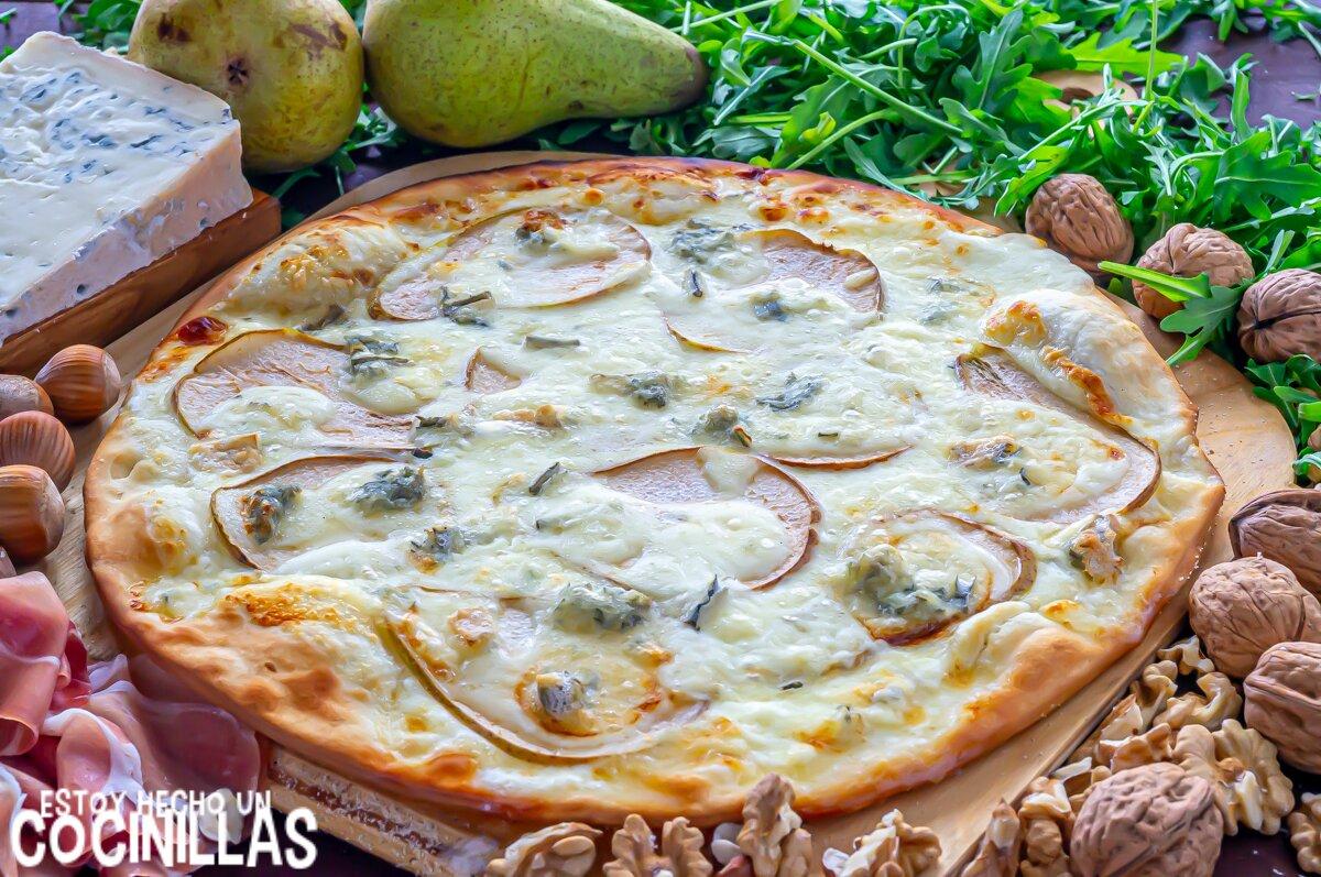 Pizza blanca de pera y gorgonzola