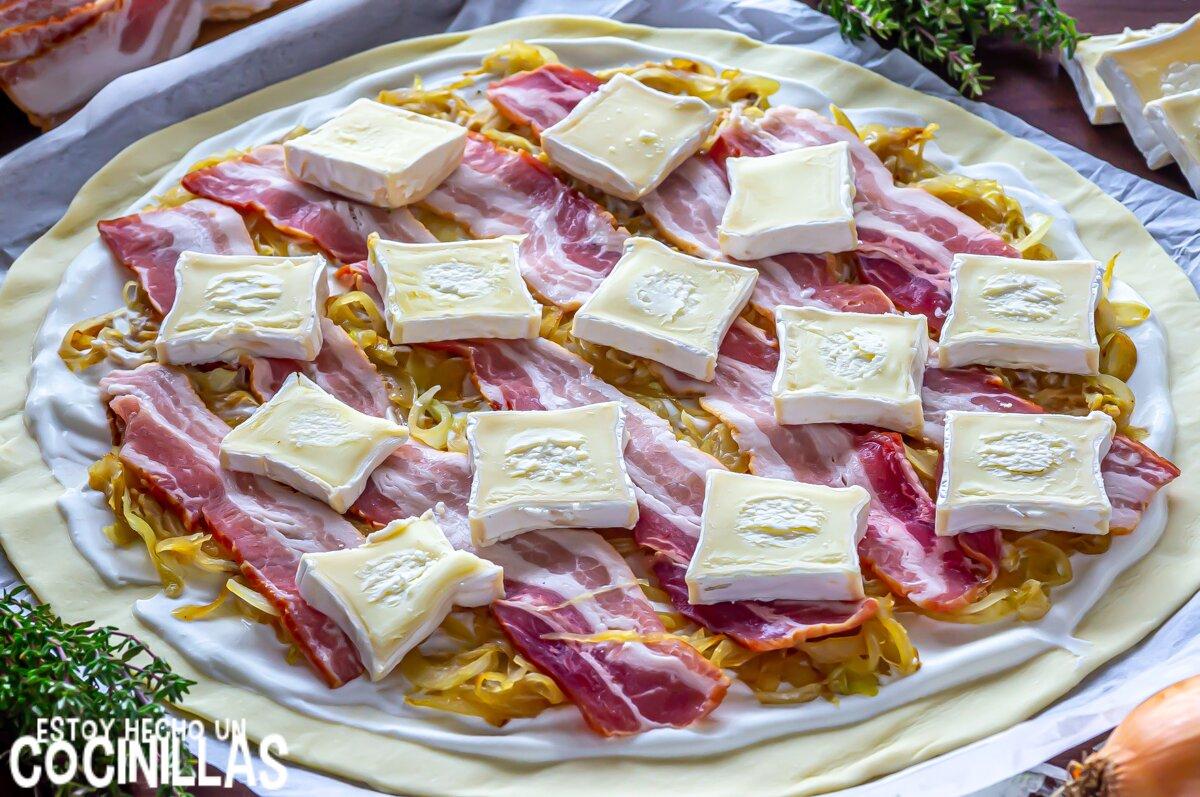 Cómo hacer hojaldre de bacon y queso con cebolla