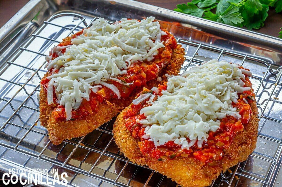 Cómo hacer pollo a la parmesana con tomate y queso