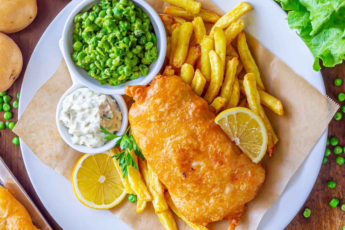 Fish and chips (pescado rebozado con patatas fritas)