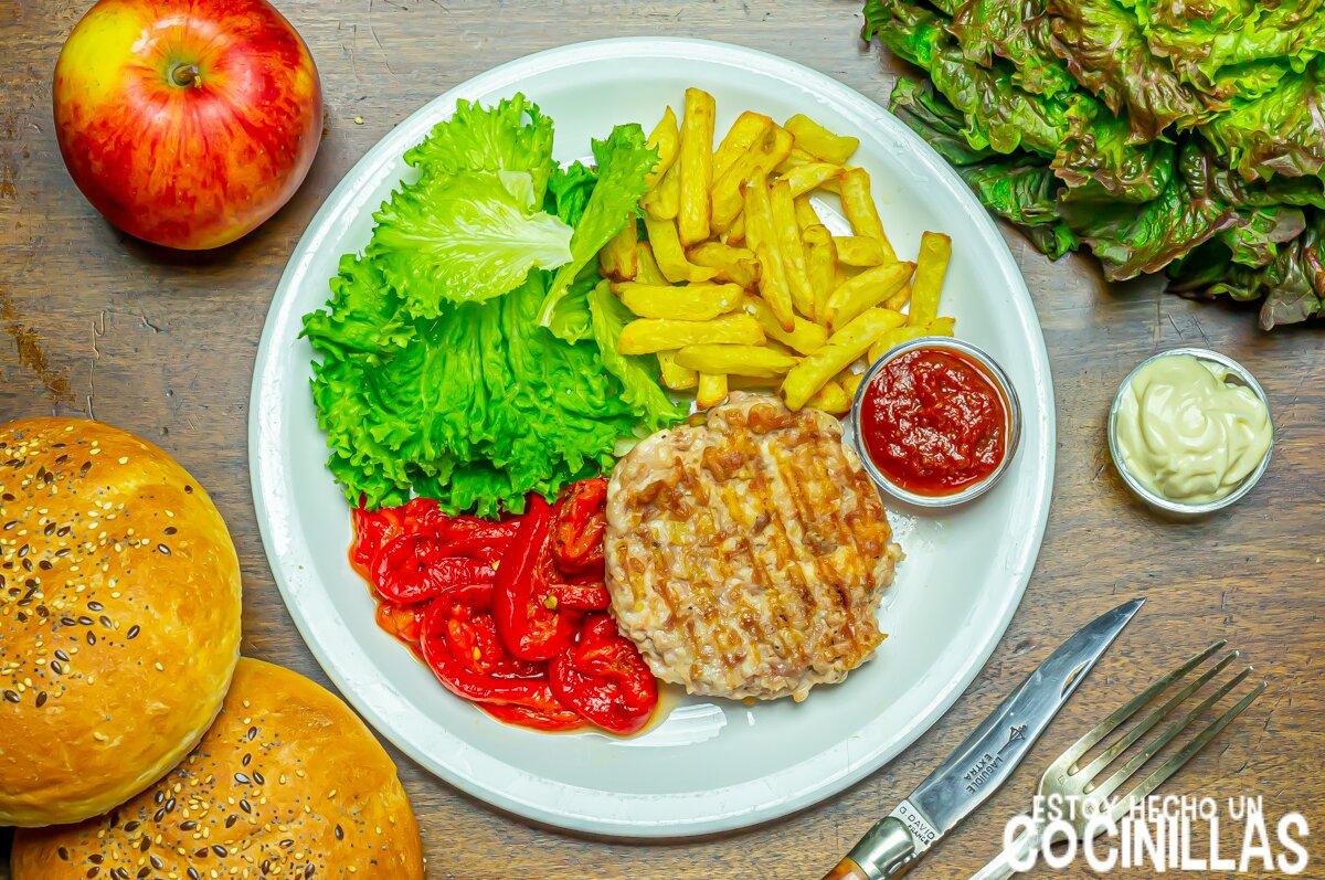 Hamburguesa de pollo casera en plato