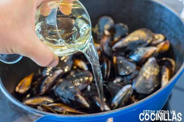 Mejillones al roquefort (echar el vino)