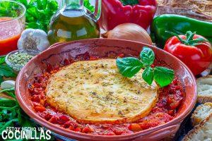 Provolone al horno con tomate y pimientos