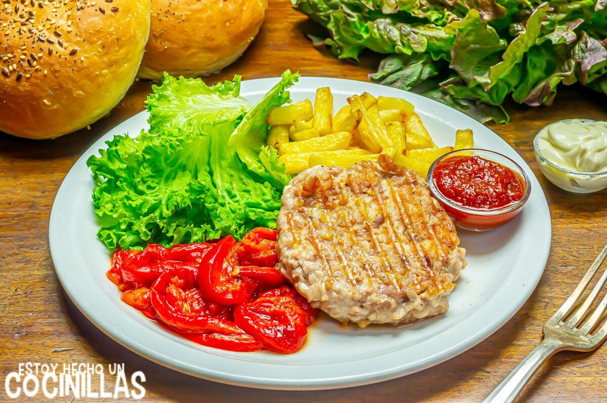 Receta de hamburguesa de pollo casera en plato