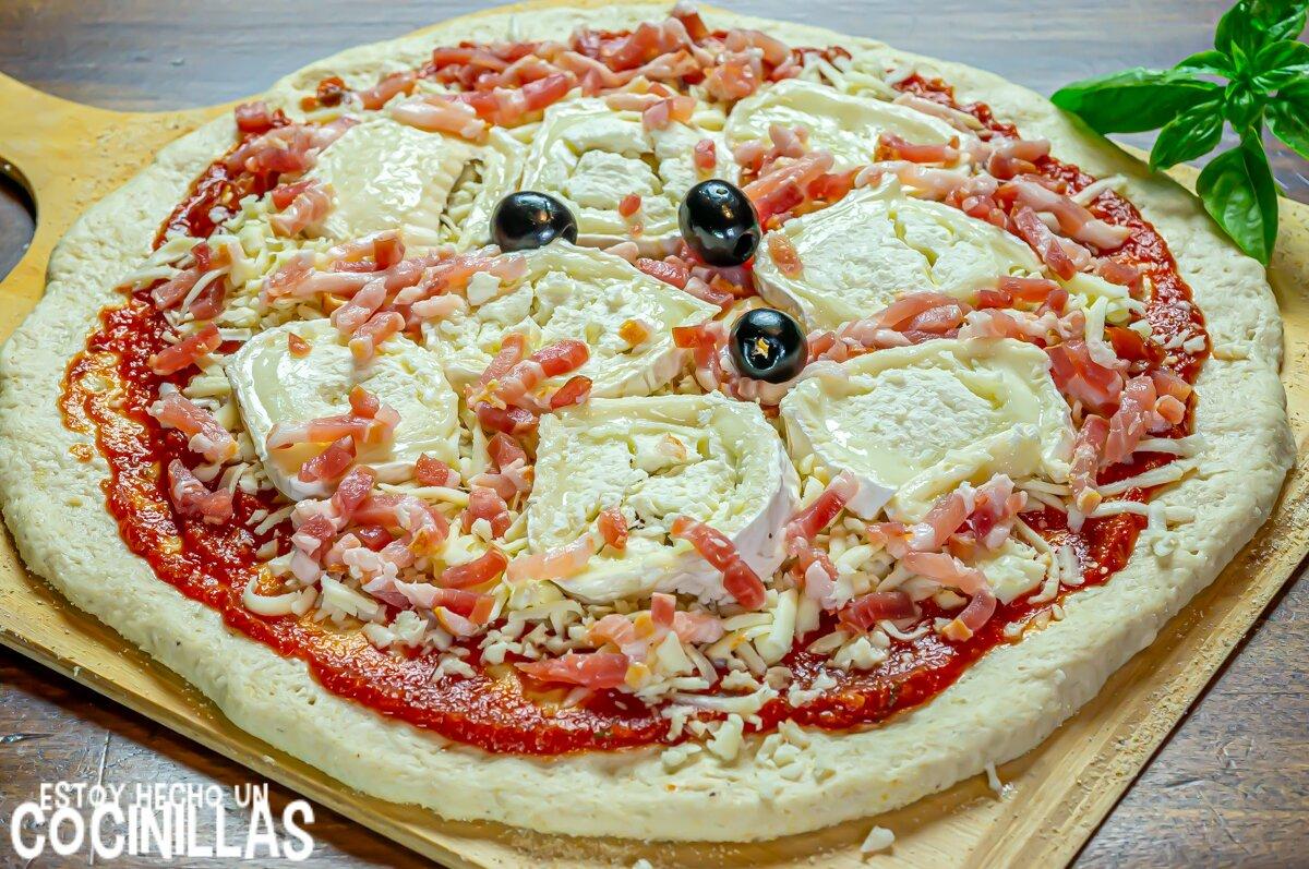 Cómo hacer pizza casera de bacon y queso de cabra