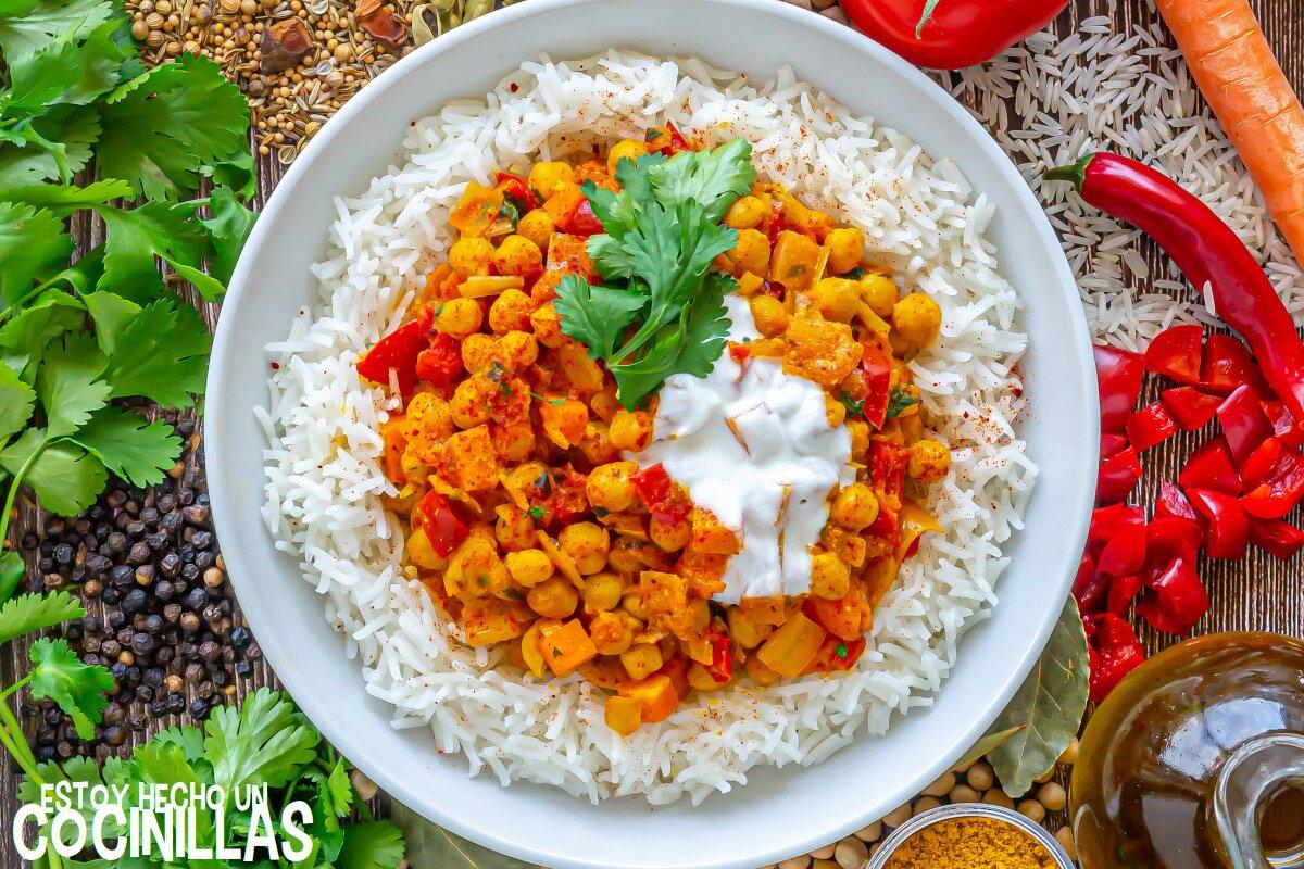 Curry de garbanzos con verduras y arroz
