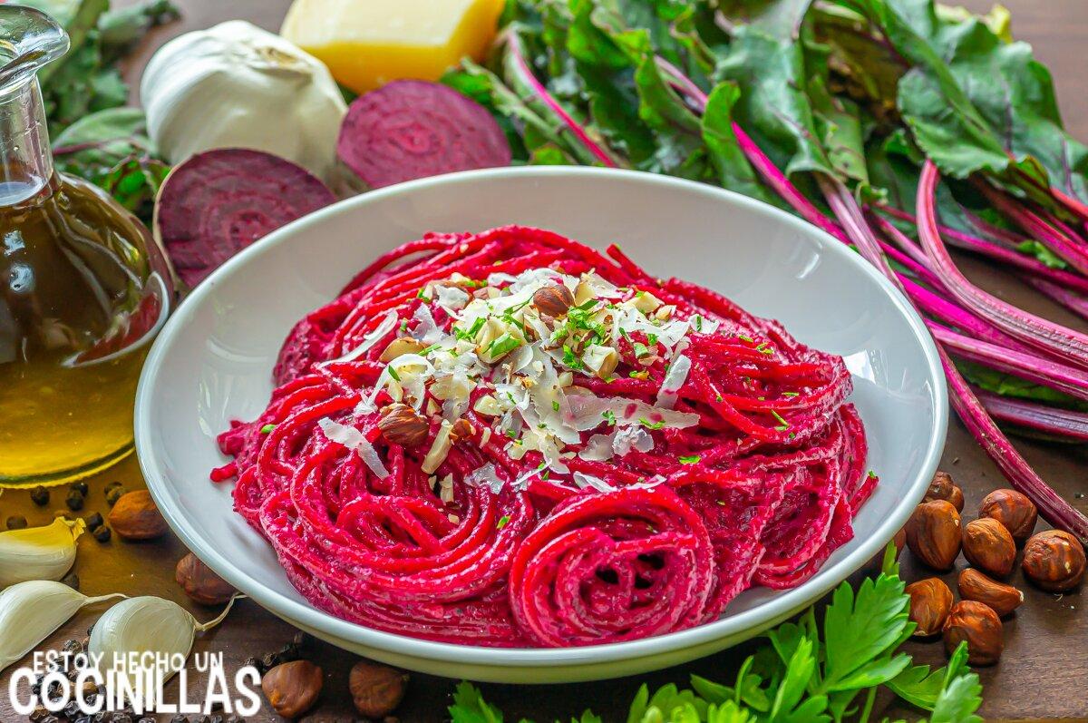 Espaguetis con pesto de remolacha y avellanas