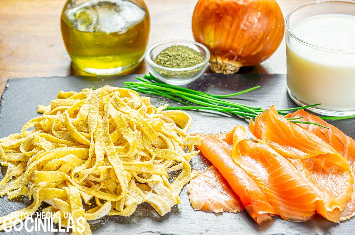 Ingredientes pasta con salmón ahumado y nata