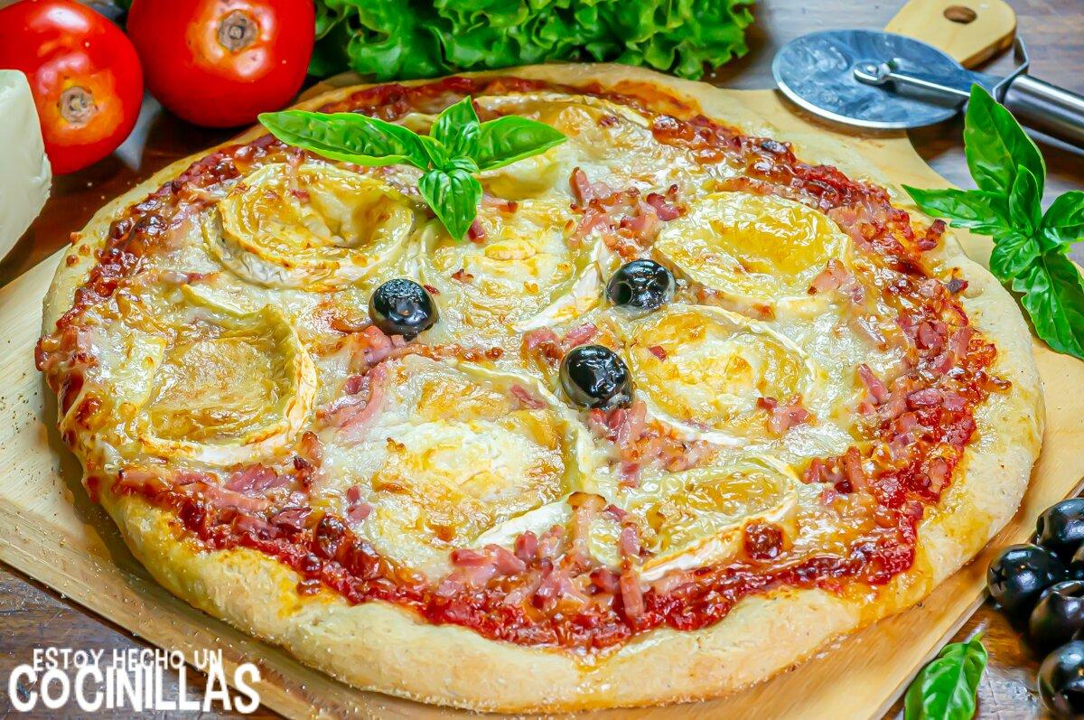 Pizza casera de bacon y queso de cabra
